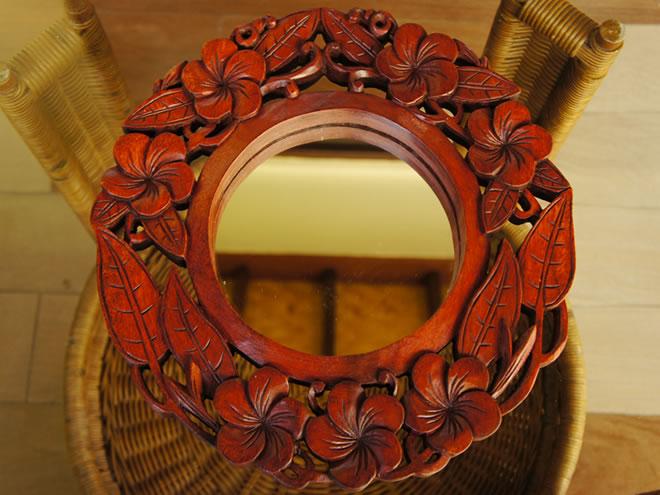 バリ製丸形木彫りのレリーフ (フランジパニミラー)